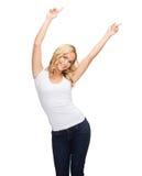 Mujer feliz del baile en camiseta blanca en blanco Foto de archivo