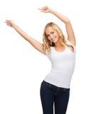 Mujer feliz del baile en camiseta blanca en blanco Imagen de archivo