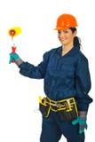 Mujer feliz del constructor con el rodillo de pintura Foto de archivo libre de regalías