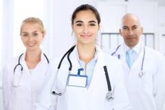 Mujer feliz del doctor con el personal médico en el hospital foto de archivo libre de regalías