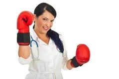 Mujer feliz del doctor con los guantes de boxeo Foto de archivo