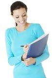 Mujer feliz del estudiante con el cuaderno Foto de archivo