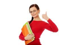 Mujer feliz del estudiante con el pulgar para arriba Foto de archivo