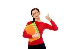 Mujer feliz del estudiante con el pulgar para arriba Fotos de archivo libres de regalías
