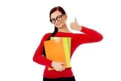 Mujer feliz del estudiante con el pulgar para arriba Fotografía de archivo