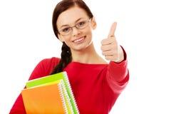 Mujer feliz del estudiante con el pulgar para arriba Imagen de archivo