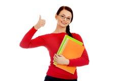 Mujer feliz del estudiante con el pulgar para arriba Imágenes de archivo libres de regalías