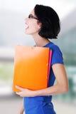 Mujer feliz del estudiante con los cuadernos Fotografía de archivo