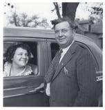 Mujer feliz del hombre con los años 40 autos Imagen de archivo libre de regalías