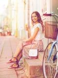 Mujer feliz del inconformista con la bici que come el helado Fotos de archivo libres de regalías