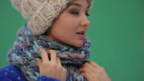 Mujer feliz del invierno en ropa caliente al aire libre Nieve que cae en cantidad estupenda de la cámara lenta 180fps HD almacen de video