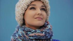Mujer feliz del invierno en ropa caliente al aire libre Nieve que cae en cantidad estupenda de la cámara lenta 180fps HD metrajes