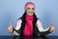 Mujer feliz del invierno que da los pulgares para arriba Fotos de archivo