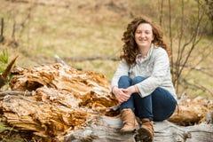 Mujer feliz del pelo rizado Fotos de archivo libres de regalías