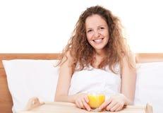 Mujer feliz del redhead en cama Fotos de archivo