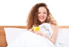 Mujer feliz del redhead en cama Fotos de archivo libres de regalías