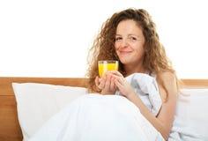 Mujer feliz del redhead en cama Imagen de archivo