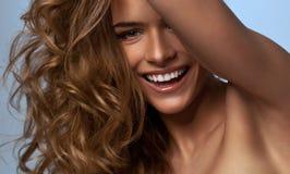 Mujer feliz del retrato Fotografía de archivo libre de regalías