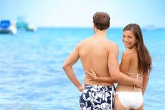 Mujer feliz del retrato de la playa de los pares en la relación Fotografía de archivo libre de regalías
