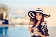 Mujer feliz del verano con Sunhat grande por la piscina Imágenes de archivo libres de regalías