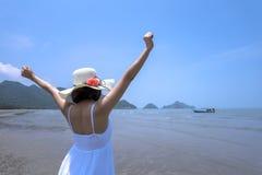 Mujer feliz del viajero en el vestido y el mar blancos imagen de archivo libre de regalías