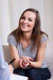 Mujer feliz después de la psicoterapia Foto de archivo