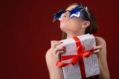 Mujer feliz divertida en las gafas de sol grandes que envían aire-beso y sostenerse fotos de archivo