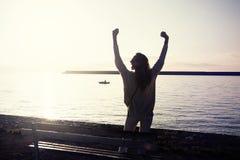 Mujer feliz el vacaciones imágenes de archivo libres de regalías