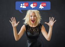Mujer feliz emocionada sobre notificaciones en medios sociales fotografía de archivo libre de regalías