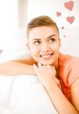 Mujer feliz en amor que sueña en casa Foto de archivo libre de regalías