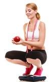 Mujer feliz en balanza  Pérdida de peso de la dieta Foto de archivo