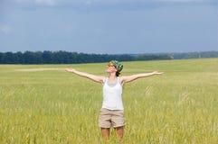 Mujer feliz en campo Fotos de archivo
