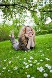 Mujer feliz en campo de flor Imágenes de archivo libres de regalías