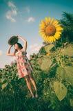 Mujer feliz en campo de flor del girasol Foto de archivo libre de regalías
