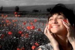Mujer feliz en campo de la amapola Imágenes de archivo libres de regalías