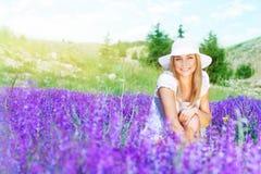 Mujer feliz en campo de la lavanda Imágenes de archivo libres de regalías