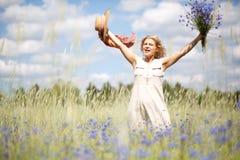 Mujer feliz en campo de maíz Fotografía de archivo libre de regalías