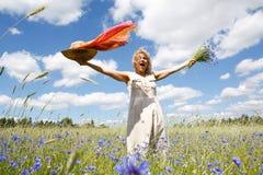 Mujer feliz en campo de maíz Imágenes de archivo libres de regalías