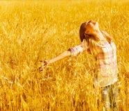 Mujer feliz en campo de trigo Foto de archivo