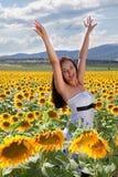 Mujer feliz en campo del girasol Fotografía de archivo