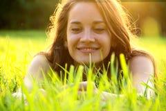 Mujer feliz en campo verde imagenes de archivo