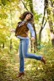 Mujer feliz en chaqueta roja en el bosque Fotos de archivo libres de regalías