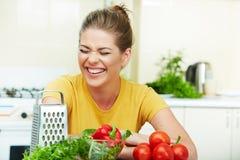 Mujer feliz en cocina Imagen de archivo libre de regalías