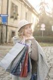 Mujer feliz en compras Fotografía de archivo