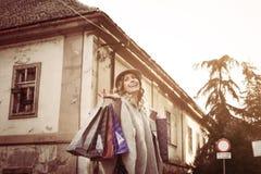 Mujer feliz en compras Imágenes de archivo libres de regalías