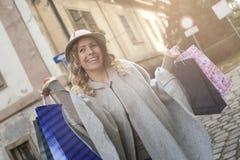 Mujer feliz en compras Imagenes de archivo