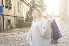 Mujer feliz en compras Fotos de archivo