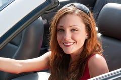 Mujer feliz en convertible Imagen de archivo libre de regalías