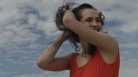 Mujer feliz en día nublado metrajes
