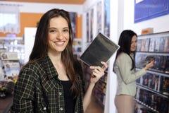 Mujer feliz en el almacén de alquiler video Fotos de archivo